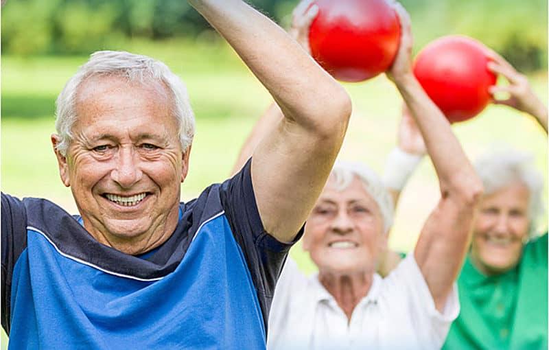 Las personas mayores también deben realizar algún tipo de deporte más sencillo
