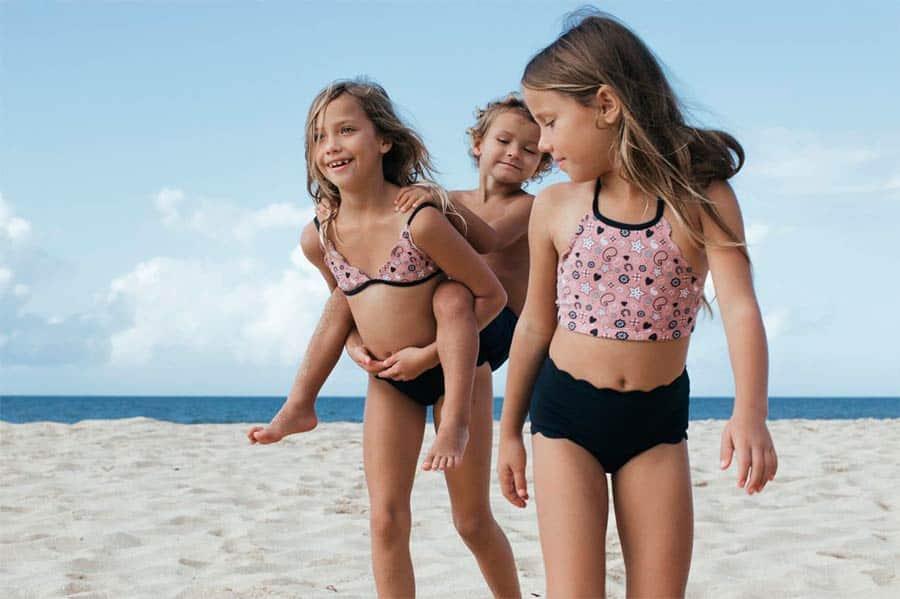 ninas-jugando-en-la-playa
