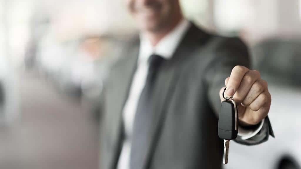 persona con llave en las manos